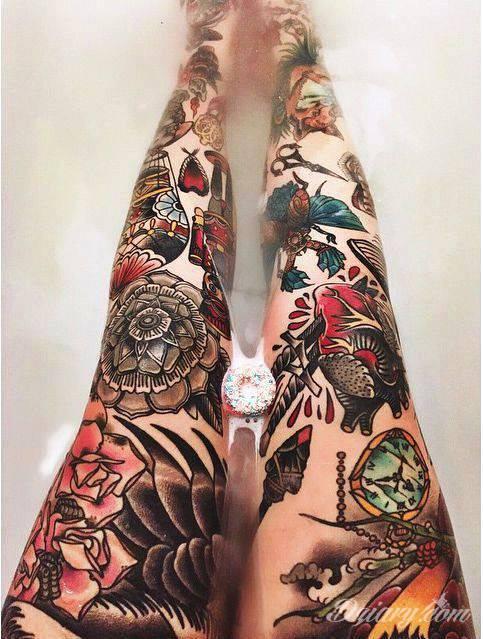 Nogi całe w tatuażach