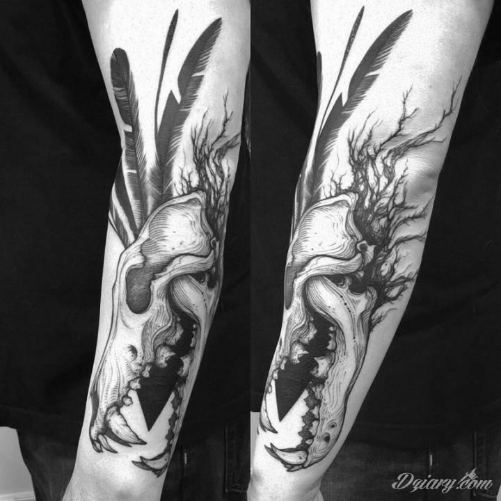 Rękaw z czaszką zwierzęcą i piórami.