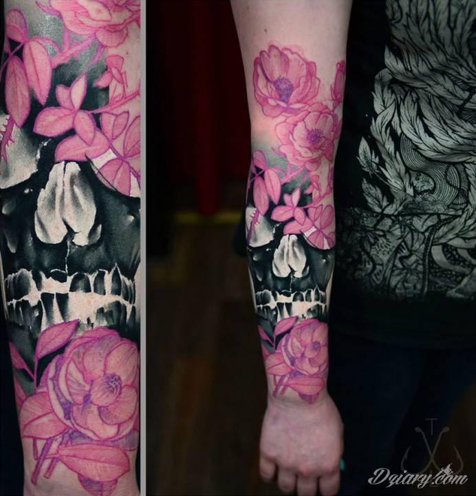 Rękaw Z Symbolem Czaszki Oraz Wieloma Różowymi Kwiata