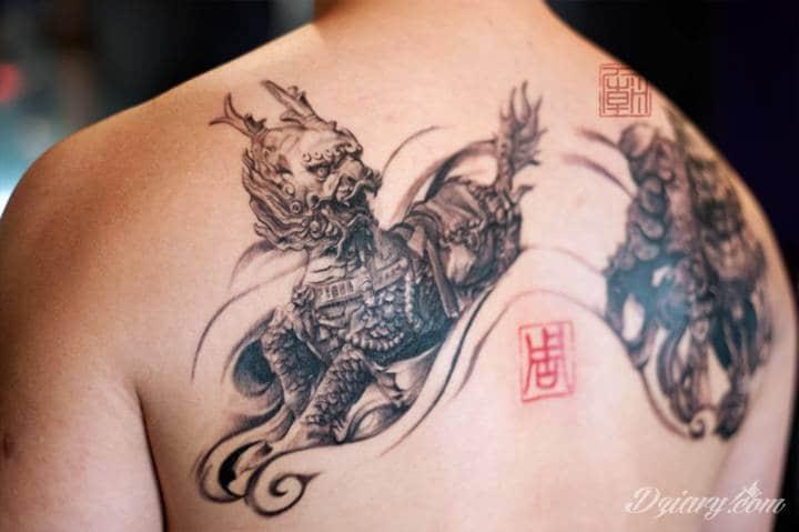 Tatuaż Smoki na łopatkach.