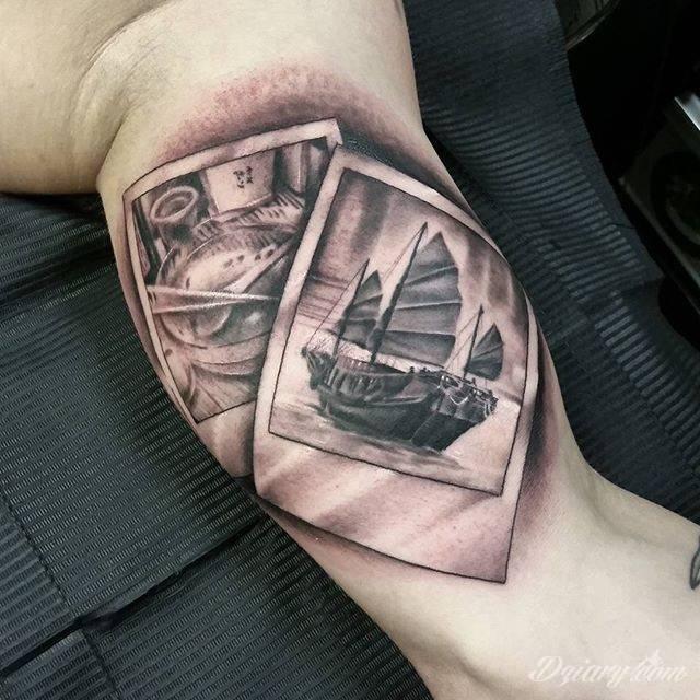Statek na zdjęciu wytatuowany na bicepsie.