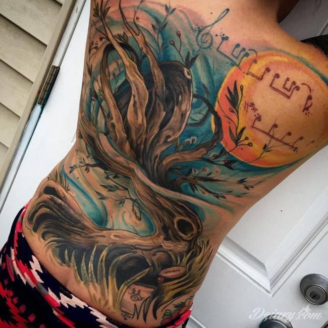 Tatuaż drzewa na całe plecy.