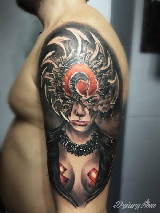 Tatuaż kobiety na ramieniu.