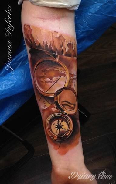 Tatuaż Kompasu I Mapy Na Przedramieniu