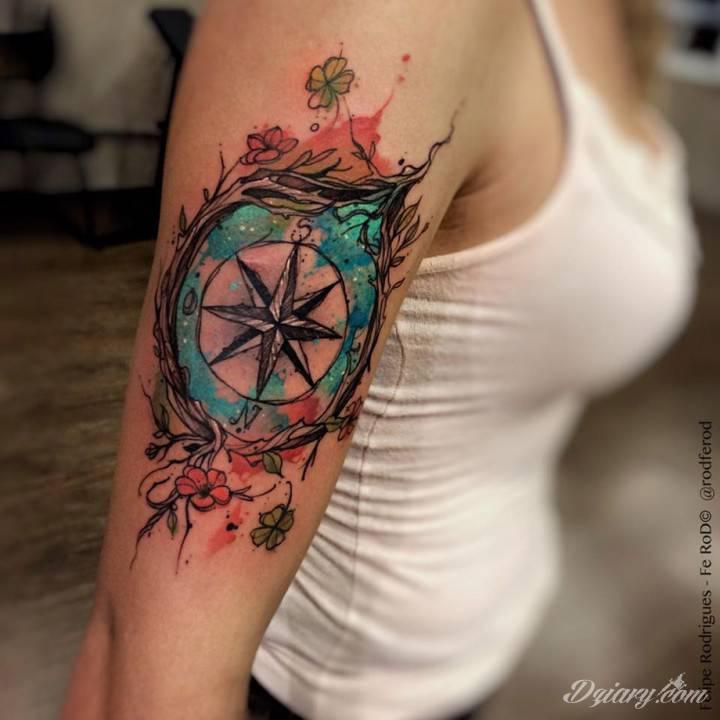 Tatuaż kompasu na ramieniu.
