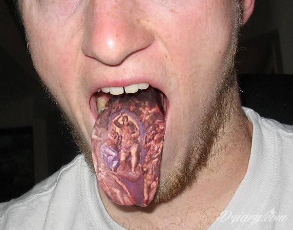 Tatuaż Tatuaż na języku.