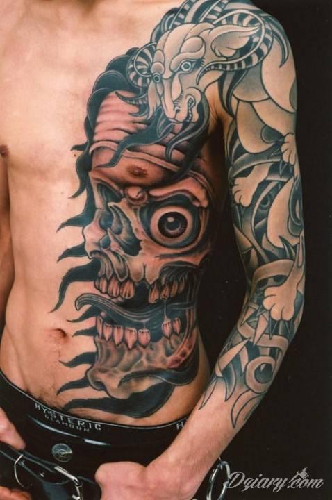 Tatuaż Na Klatce Piersiowej I Na Ręce Jedna Strona G