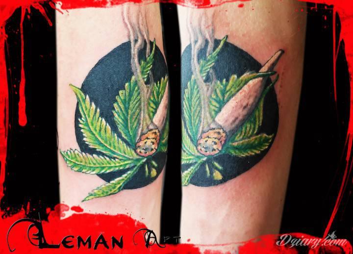 tatuaż przedstawia liść marihuany