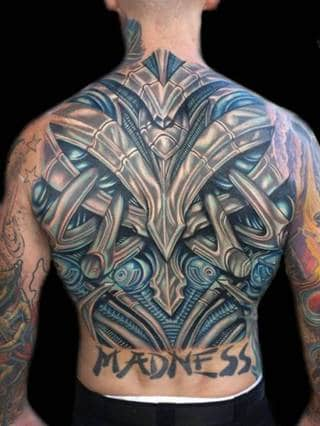 Abstrakcyjny tatuaż metalu na plecach.
