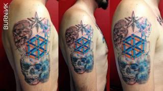 Abstrakcyjny tatuaż z czaszkami i trójwymiarowym sześcianem neckera.