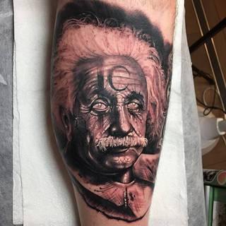 Albert Einstein z półksiężycem na czole.