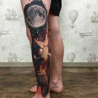 Anubis pod księżycem na całą nogę.
