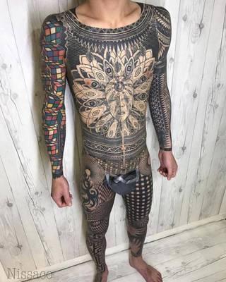całe ciało pokryte w tatuażu