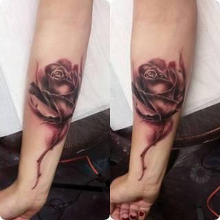 Czarna róża na przedramieniu.