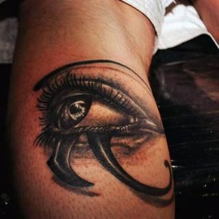 Czarnobiałe oko na ręce.