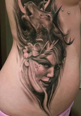 Czarnobiały tatuaż kobiety i jelenia na boku.