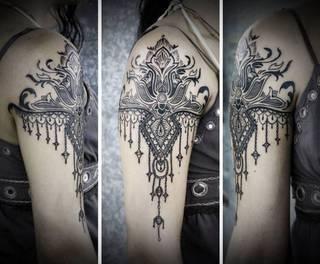Czarny tatuaż inspirowany sztuką gotycką
