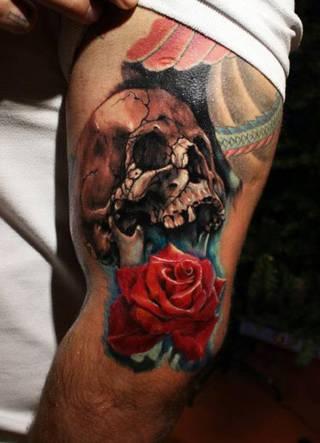Czaszka z różą zrobione na bicepsie.