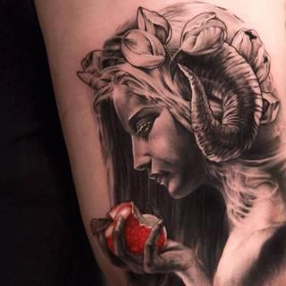 Diablica z rogami trzymająca nadgryzione jabłko.