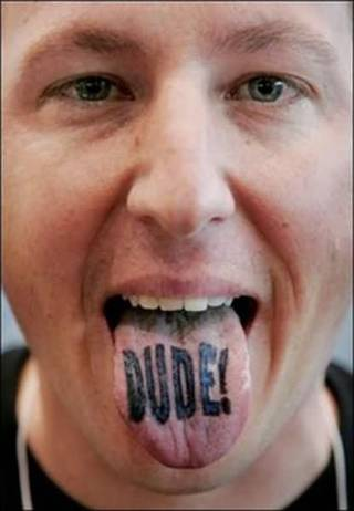 """Dude!"" tatuaż na języku"