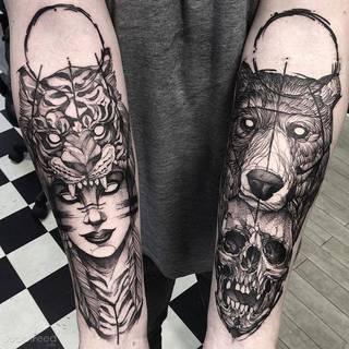 Dwa fantastyczne tatuaże na przedramionach autorstwa Fredão Oliveira