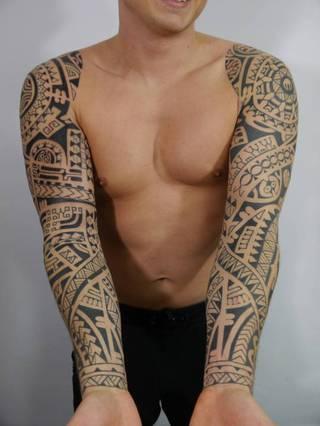 Dwa polinezyjskie rękawy zaprojektowane i wykonane przez Avalan Tattoo z Krakowa. Aby wzór jak idealnie pasował do rzeźby ciała powinien być przygotowany z freehandu czyli narysowany markerami na skórze, a dopiero potem 'utrwalony tuszem'. Dzięki takiej metodzie Klient widzi cały proces tworzenia projektu i ma realny wpływ na to jak tatuaż będzie ostatecznie wyglądał.