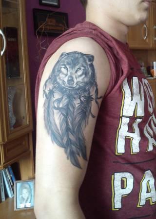 Dziki wilk jako uosobienie dzikiego ducha, odizolowania się od ograniczeń rzeczywistego świata , Pióra Orle pochodzące z Indiańskich plemion oznaczają Kreatywność oraz odwagę , Łapacz snów odpędza złe duchy oraz nawiedzające nas złe sny . Myśle że ten Tatuaż Charakteryzuje w przybliżeniu moją osobowość ;) Poza tym Jest świetnie wykonany i jestem z niego bardzo zadowolony :)