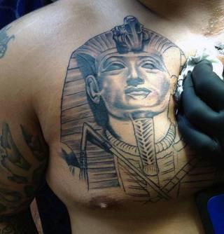 Egipski faraon na klatce piersiowej.