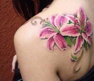 Fioletowe kwiaty na łopatce.
