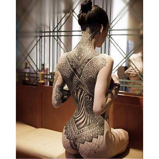 Glenn Cuzen znany jest w świecie tatuażu z dotwork'u i geometrycznego wzoru którym ozdobił swoją żonę #2