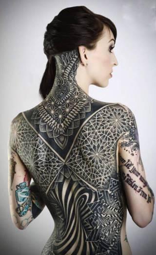 Glenn Cuzen znany jest w świecie tatuażu z dotwork'u i geometrycznego wzoru którym ozdobił swoją żonę  #3