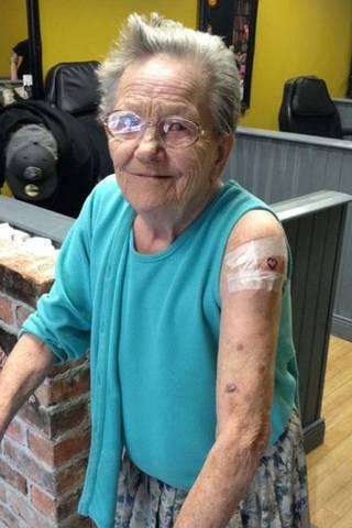 Historia tatuażu tej 79-letniej babci sprawi, że...