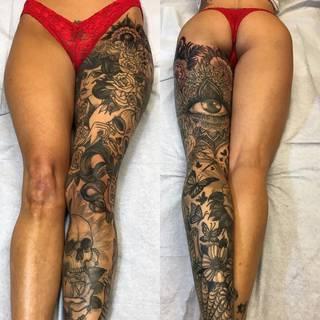 Kobieca noga pokryta tatuażami: Wykonanie: Joseph Haefs