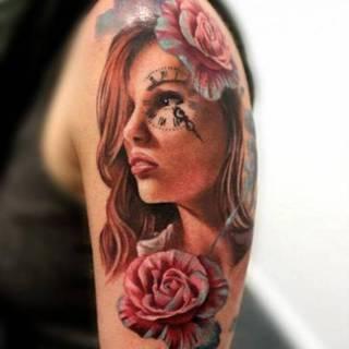 Kobieta z kwiatem oraz z zegarem na oku.