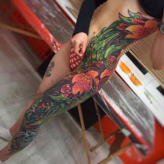 Kolorowy bok i noga. Wykonanie: El Tattoo 666