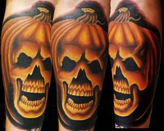 Kolorowy tatuaż dyni i czaszki.