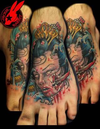 Kolorowy tatuaż kobiety z przebitym policzkiem.