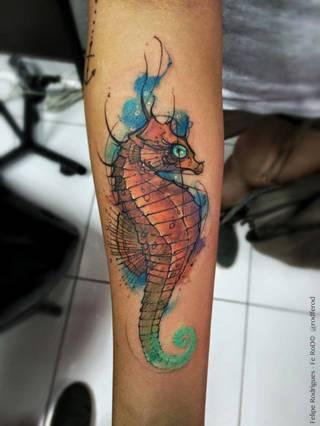 Kolorowy tatuaż konika wodnego.
