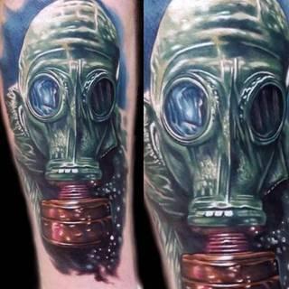 Kolorowy tatuaż osoby w masce gazowej.