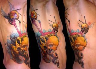 Kolorowy tatuaż z pszczołami.