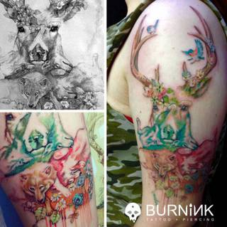Kolorowy tatuaż z tematami leśnymi i zwierzęcymi.