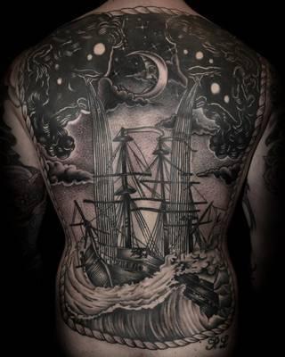Księżyc i płaczące, zalewające statek chmury na całych plecach.