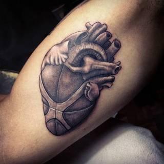 Lekko abstrakcyjne, symboliczne serce po wewnętrznej stronie łokcia.