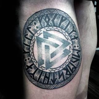 Magiczny, celtycki symbol otoczony runicznym kręgiem.