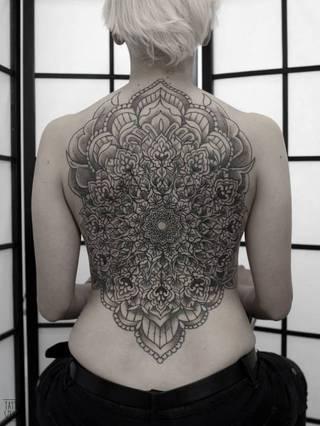 Mandala kwiatowa na plecach / Tattoo Szelest