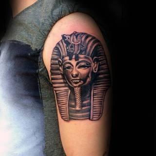 Maska faraona na ramieniu.