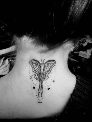 Mój ukochany tatuaż - wzór jest połączeniem dwóch pomysłów. Ćma - symbol śmierci, wytrwałości i przemiany, na łańcuszkach najważnejsze dla mnie symbole. :)