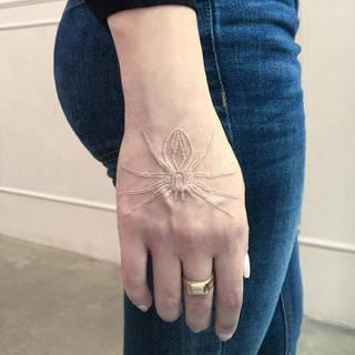 Moje ręce tkają pajęczynę świętych czynów. by Kirko Sata