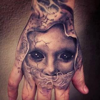 Mroczna postać na dłoni