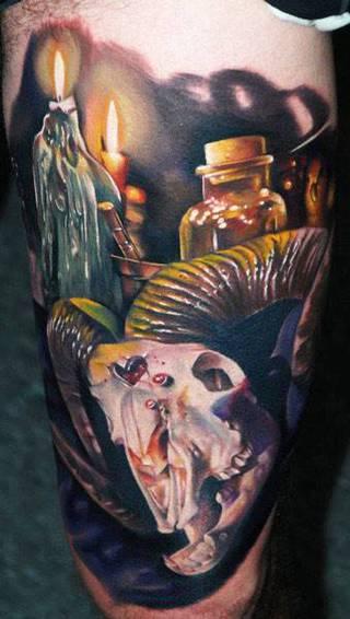 Mroczny motyw z czaszką, świecami i butelkami alchemicznymi.